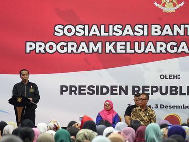 Presiden Joko Widodo memberi sambutan saat menghadiri sosialisasi Bansos Program Keluarga Harapan (PKH) Tahun 2019 di Gelanggang Remaja, Jakarta, Senin (3/12). Jokowi berjanji pencairan PKH akan dipercepat. (Liputan6 com/Angga Yuniar)