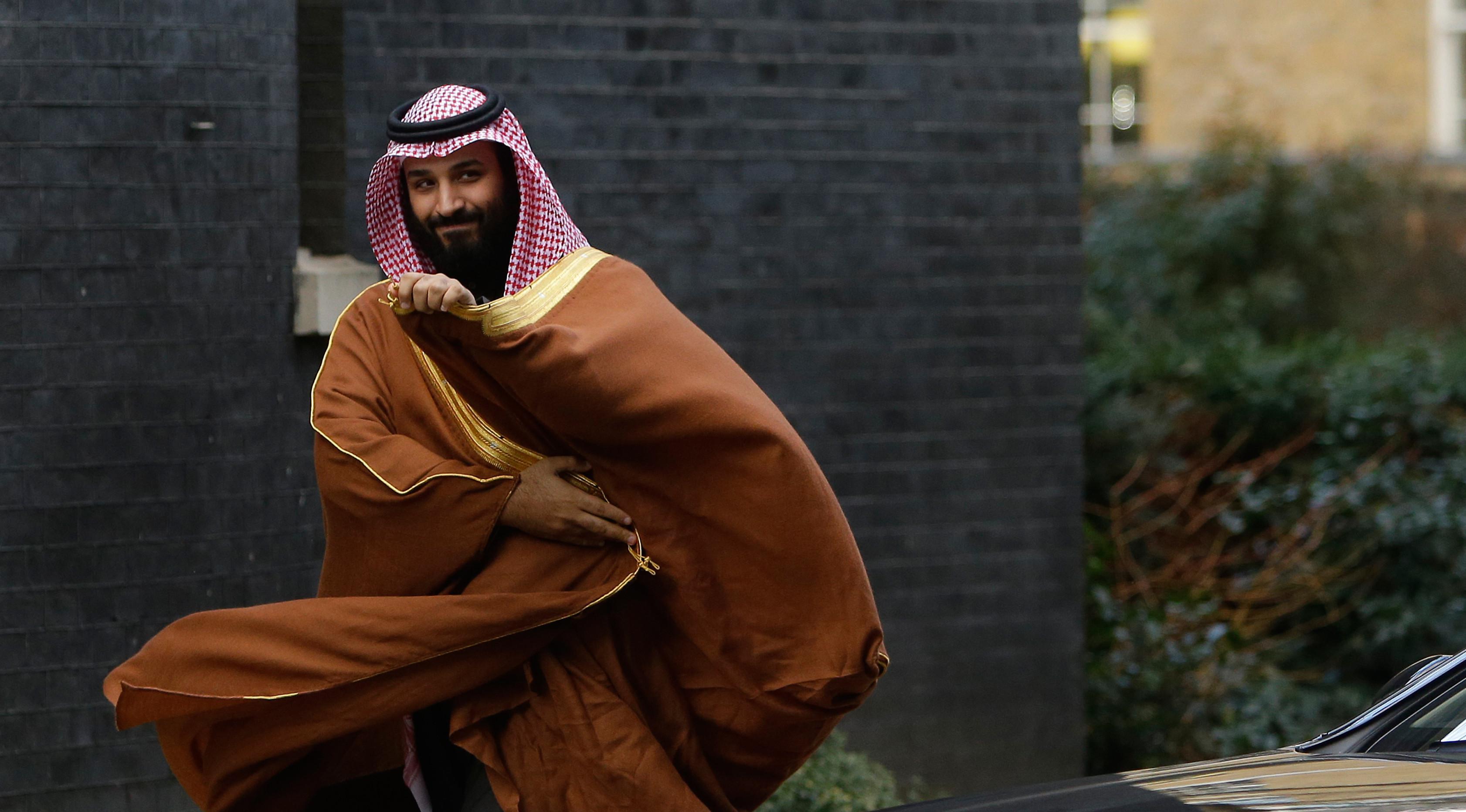 Putra Mahkota Arab Saudi, Pangeran Mohammed bin Salman mengunjungi Perdana Menteri Inggris Theresa May di 10 Downing Street, London, Rabu (7/3). Kunjungan ini dirancang untuk meningkatkan hubungan keamanan dan perdagangan kedua negara. (AP/Alastair Grant)