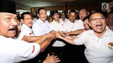 Jenderal purnawirawan Luhut Binsar Panjaitan, Ketua Tim Cakra19 Andi Widjajanto, dan para purnawirawan Jenderal TNI salam tos saat Deklarasi Dukungan Jokowi-Ma'ruf Amin sebagai Capres-Cawapres 2019 di Jakarta, Minggu (12/8). (Liputan6.com/Fery Pradolo)