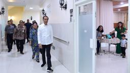 Presiden Joko Widodo atau Jokowi didampingi Ibu Negara Iriana menjenguk kelahiran La Lembah Manah di RS PKU Muhammadiyah, Surakarta, Jumat (15/11/2019). Jokowi mendapat cucu ketiga dari pasangan Gibran Rakabuming Raka dan Selvi Ananda. (Foto: Kris-Biro Pers Sekretariat Presiden)