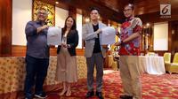 Ketua KPU Arief Budiman, Komisioner KPU Hasyim Asy`ari, bersama moderator debat  Tommy Tjokro dan Anisha Dasuki  (Liputan6.com/Johan Tallo)