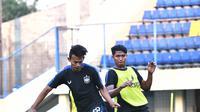 Duel antara Hari Nur Yulianto dengan Rio Saputro dalam sesi latihan rutin PSIS Semarang di Stadion Citarum, Semarang, Kamis (17/9/2020). (Dok PSIS Semarang)