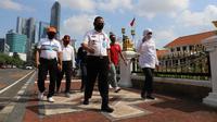 Kakanwil Kemenkumham Jatim Krismono menggunakan momen olahraga pagi bersama Gubernur Jatim Khofifah Indar Parawansa untuk membahas berbagai isu aktual (Foto: Liputan6.com/Dian Kurniawan)