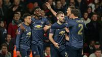 Para pemain Manchester United merayakan gol yang dicetak Jesse Lingard ke gawang Arsenal pada laga Piala FA di Stadion Emirates, London, Jumat (25/1). Arsenal kalah 1-3 dari MU. (AFP/Daniel Leal-Olivas)