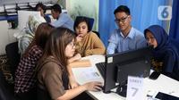 Petugas melayani masyarakat yang ingin melaporkan SPT di Kantor Direktorat Jenderal Pajak di Jakarta, Rabu (11/3/2020). Hingga 9 Maret 2020, pelaporan SPT pajak penghasilan (PPh) orang pribadi yang telah diterima Kantor Pajak telah mencapai 6,27 juta. (Liputan6.com/Angga Yuniar)