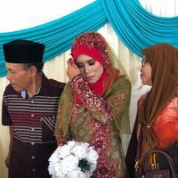 Meskipun sudah menikah secara sah, namun perempuan ini harus menerima kenyataan pahit kalau ia hanya bisa menggelar resepsi pernikahan sendirian. (Foto: Instagram @badriyahamir)