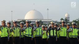 Polisi lalu lintas mengikuti apel operasi ketupat 2019 di lapangan Silang Monas, Jakarta, Selasa (28/5/2019).  Apel gelar pasukan operasi ketupat 2019 melibatkan 93.589 personel Polri, 13.131 personel TNI, 18.906 personel Kementerian dan Dinas terkait, 11.720. (merdeka.com/Imam Buhori)