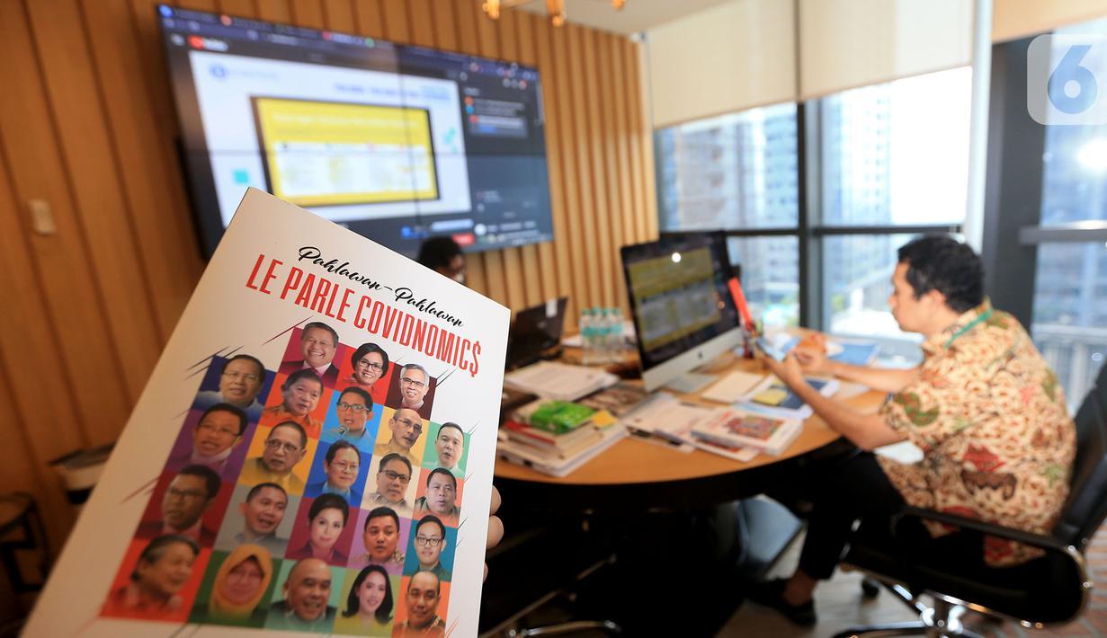 Sebuah buku Pahlawan-Pahlawan Le Parle Covidnomics yang ditulis Kamrussamad pada bedah buku secara virtual di Jakarta, Kamis (22/07/2021). Buku berisikan cerita perjuangan merumuskan kebijakan keuangan negara & industri keuangan dalam atasi krisis di masa pandemi Covid-19. (Liputan6.com/Pool/Bon)