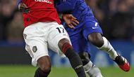 Gelandang Chelsea, N'Golo Kante berusaha merebut bola dari gelandang Manchester United, Fred pada pertandingan lanjutan Liga Inggris di Stamford Bridge, London  (18/2/2020). MU menang 2-0 atas Chelsea. (AFP Photo/Adrian Dennis)