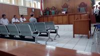 Uus Sukmana, terdakwa pembawa bendera nampak menjalani sidang putusan pengadilan (Liputan6.com/Jayadi Supriadin)
