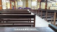 Tempat duduk di Gereja Kristus Terang Dunia Waena Kota Jayapura yang telah diatur untuk pencegahan covid-19. Sebelumnya satu deret tempat duduk ditempati 7-10 orang dan saat ini hanya diperuntukan 4 orang. (Liputan6.com/Katharina Janur)
