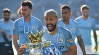 Striker Manchester City, Sergio Aguero, merayakan gelar juara Liga Inggris di Stadion American Express Community, Brighton, Minggu (12/5). City juara setelah unggul satu poin dari Liverpool. (AFP/Glyn Kirk)