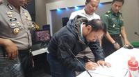 Ketua Panpel Persib, Budhi Bram Rachman, saat tanda tangan kesepakatan di Mapolres Bandung, Soreang, Jumat (8/2/2019). (Bola.com/Erwin Snaz)