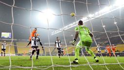 Striker Juventus, Cristiano Ronaldo, mencetak gol ke gawang Parma pada laga Liga Italia di Stadion Ennio Tardini, Minggu (20/12/2020). Juventus menang dengan skor 4-0. (Massimo Paolone/LaPresse via AP)