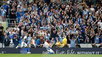 Pemain Brighton & Hove Albion, Shane Duffy berselebrasi usia mencetak gol ke gawang Manchester United pada lanjutan Liga Inggris di stadion Amex, Brighton, (19/8). Brighton & Hove Albion berhasil mengalahkan MU 3-2. (AP Photo/Alastair Grant)