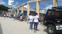 Sejumlah ibu-ibu berpakaian putih-putih melakukan penjagaan di posko penanganan Covid-10 di Desa Buntubuda, Mamasa (Liputan6.com/Abdul Rajab Umar)