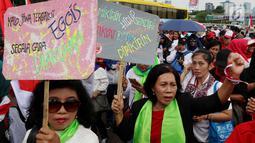 Masyarakat dari Presidium Rakyat Menggugat membawa poster saat melakukan demo menuntut Penolakan UU No. 2/2018 tentang MD3 terkhusus pada pasal 73;122;245 di depan Gedung MPR/DPR, Senayan, Jakarta, Jumat (23/3). (Liputan6.com/Johan Tallo)