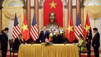 Presiden AS Donald Trump dan Presiden Vietnam Nguyen Phu Trong menyaksikan penandatanganan antara CEO perusahaan penerbangan Vietnam Nguyen Thi Phuong Thao dan CEO Boeing Commercial Airplanes Kevin McAllister di Hanoi (27/2). (AFP Photo/Luong Thai Linh)