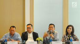 Ketua Komite Ekonomi dan Industri Nasional atau KEIN Soetrisno Bachir (dua kanan) saat berdiskusi dengan media di Jakarta, Senin (27/5/2019). Diskusi tersebut membahas percepatan investasi dan ekspor untuk mendorong pertumbuhan yang berkualitas. (Liputan6.com/Angga Yuniar)