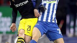 Pemain Borussia Dortmund Andre Schuerrle dan pemain Hertha Berlin, Arne Maier berebut bola dalam lanjutan Bundesliga di Olympiastadion Berlin, Sabtu (20/1). Dortmund selamat dari kekalahan usai Shinji Kagawa mencetak gol penyeimbang 1-1. (AP/Michael Sohn)