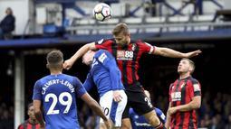 Striker Everton, Wayne Rooney, duel udara dengan bek Bournemouth, Simon Francis, pada laga Premier League, di Stadion Goodison Park, Sabtu (23/9/2017). Everton menang 2-1 atas Bournemouth. (AP/Barrington Coombs)