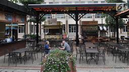Pengunjung berada di pusat kuliner atau food street di kawasan Pantai Maju yang dahulu bernama Pulau D, Jakarta, Rabu (23/1). Area Food Street di kawasan Pantai Maju mulai beroperasi setelah disegel oleh Pemprov DKI. (Merdeka.com/Iqbal S. Nugroho)