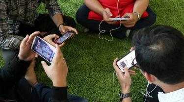 Ilustrasi main gim online di smartphone. Dok: Tri Indonesia