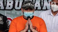 Pedangdut Ridho Rhoma memberikan keterangan saat rilis kasus narkoba di Polres Pelabuhan Tanjung Priok, Jakarta Utara, Senin (8/2/2021). Ridho Rhoma kembali ditangkap aparat kepolisian terkait kasus dugaan narkoba. (Liputan6.com/Faizal Fanani)