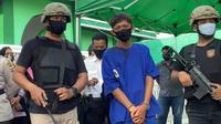 Jambret di depan masjid Pekanbaru yang membuat korbannya jatuh dan masuk ke parit. (Liputan6.com/M Syukur)