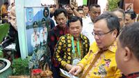 Menteri PPN / Kepala Bappenas Bambang Brodjonegoro meninjau pameran pada acara Pemberian Sertifikat dari UNESCO Global Geopark di Kementerian PPN/Bappenas, Jakarta, Kamis (12/07). (Liputan6.com/HO/Bappenas)