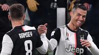 Striker Juventus, Cristiano Ronaldo, merayakan gol yang dicetaknya ke gawang Parma pada laga Serie A di Stadion Juventus, Turin, Minggu (19/1). Juventus menang 2-1 atas Parma. (AFP/Marco Bertorello)