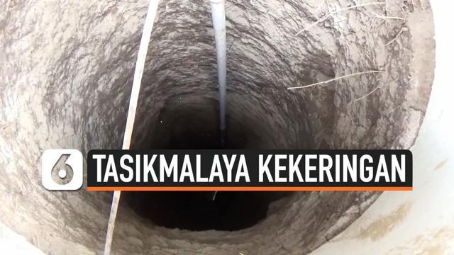 Kekeringan panjang selama sebulan membuat warga di Tasikmalaya mulai meninggalkan rumahnya. Warga kesulitan mencari air untuk minum dan memasak.