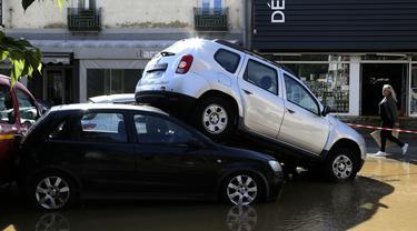 Sejumlah mobil yang tersapu akibat banjir yang melanda Kota Ajaccio di Prancis (11/6/2020). Banjir yang disebabkan oleh hujan lebat pada tengah hari itu telah menghanyutkan sejumlah kendaraan di Kota Ajaccio. (AFP/Pascal POCHARD-CASABIANCA)