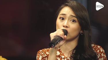 JKT48 Akustik menyanyikan single Lantang di KLY Lounge. Seperti apa? ini dia..