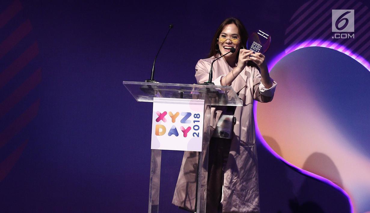 Musisi Sherly Sheinafia memegang piala saat menerima penghargaan best creator for music saat acara XYZ Day 2018 di The Hall Senayan City, Jakarta, Rabu (25/4). Sherly mendapatkan penghargaan lewat lagu berjudul Sweet Talk. (Liputan6.com/Herman Zakharia)