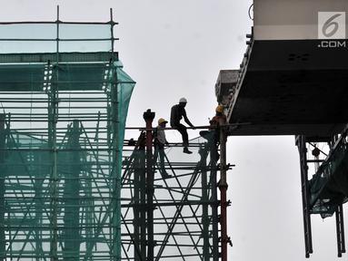 Aktivitas pekerja menyelesaikan proyek Light Rail Transit (LRT) Jabodebek di kawasan Cibubur, Jakarta, Senin (18/2). PT KAI menetapkan tarif LRT Jakarta-Bogor-Depok-Bekasi (Jabodebek) sebesar Rp 12.000 untuk sekali jalan. (Merdeka.com/Iqbal S. Nugroho)