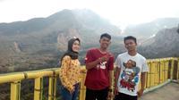 Tiga pengunjung asal Garut, menikmati sensasi pemadangan alam indah di atas ketinggian fasilitas menara pandang 2 Papandayan, Garut, Jawa Barat (Liputan6.com/Jayadi Supriadin)