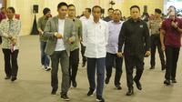 Presiden Joko Widodo (Jokowi) mengunjungi stan yang ada dalam acara Digital Startup Connect 2018 di Balai Kartini,  Jakarta, Jumat (7/12). Jokowi terlihat didampingi Menkominfo Rudiantara hingga Kepala Bekraf Triawan Munaf. (Liputan6.com/Angga Yuniar)
