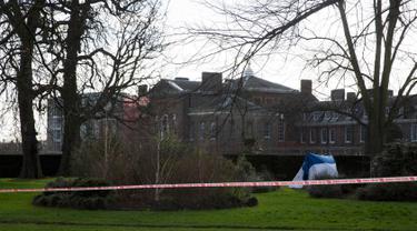 Sebuah tenda petugas forensik didirikan di dekat Istana Kensington, London, Inggris, Selasa (9/2). Seorang pria bunuh diri dengan membakar tubuhnya di depan tempat tinggal Pangeran William beserta istrinya, Kate Middleton. (REUTERS/Neil Hall)