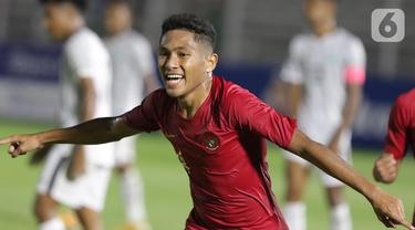 Pemain Timnas Indonesia U-19, M Fajar Fathur merayakan gol yang dicetaknya ke gawang Timor Leste pada laga kualifikasi Grup K Piala AFC U-19 2020 di Stadion Madya Gelora Bung Karno, Jakarta, Rabu (6/11/2019). Indonesia unggul 3-1. (Liputan6.com/Helmi Fithriansyah)