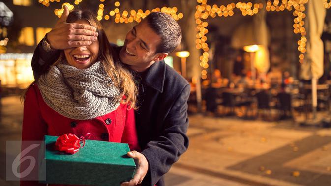 5 Cara Romantis Beri Kejutan Ulang Tahun buat Si Dia