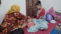 Riska Ramadila, siswi penderita tumor ganas di Kabupaten Kampar yang tidak lagi bisa berdiri. (Liputan6.com/M Syukur)