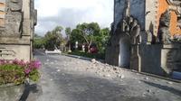 Puing-puing dari bangunan gapura Indonesia Tourism Development Corporation (ITDC) Nusa Duaakibat gempa di Bali, Selasa (16/7/2019). Gempa Magnitudo 5,8  yang mengguncang Bali dilaporkan terasa hingga ke Lombok dan wilayah Jawa Timur, seperti Jember dan Lumajang. (Liputan6.com/Dewi Divianta)