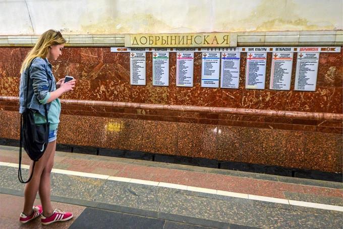 Seorang gadis sedang menunggu metro di Stasiun Dobryninskaya. Sumber: Nikolai Galkin/TASS