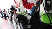 Pemotor mengisi BBM di SPBU Pertamina, Jakarta, Kamis (15/6). Mulai tanggal 18 Juni-24 Juli, harga Pertamax menjadi Rp.8000 8000 yang berlaku di SPBU bertanda khusus yang tersebar di jalur mudik. (Liputan6.com/Angga Yuniar)