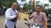 Warga Gorontalo utara mengumpukan donasi untuk membantu bayar listrik Kantor Bupati yang diputus PLN. (Foto: Liputan6.com/Arfandi Ibrahim).