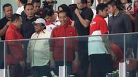 Presiden Joko Widodo (kedua kanan) kenakan jaket jersey Timnas RI menonton langsung final Piala Presiden 2018 antara Persija vs Bali United di Stadion Utama Gelora Bung Karno, Senayan, Jakarta, Sabtu (17/2) (Liputan6.com/Arya Manggala)