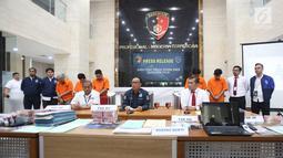 Karopenmas Divisi Humas Polri Brigjen Pol Dedi Prasetyo (tengah) memberikan keterangan saat rilis kasus penipuan jaringan internasional di Bareskrim Polri, Jakarta, Rabu (7/7/2019). (Liputan6.com/Immanuel Antonius)