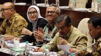 Ketua KPU Arief Budiman (tengah) bersama Ketua Bawaslu Abhan (kanan) dan Staf Ahli Mendagri Bidang Pemerintahan Suhajar Diantoro (dua kanan) saat Rapat Dengar Pendapat dengan Komisi II DPR, Jakarta, Senin (2/4). (Liputan6.com/Johan Tallo)
