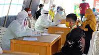 Pemeriksaan warga di posko penanganan Covid-19 di Riau beberapa waktu lalu. (Liputan6.com/M Syukur)